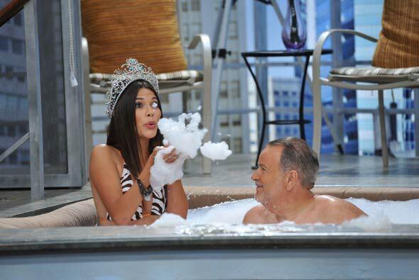Dulce y coqueta, Ana jugó con Raúl en el agua con la espuma.