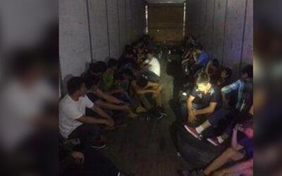 En un minuto: Encuentran a 44 indocumentados escondidos en un camión en...