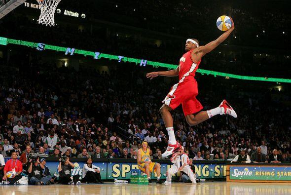 2005 - Josh Smith de Atlanta Hawks despega en el concurso Sprite Rising...