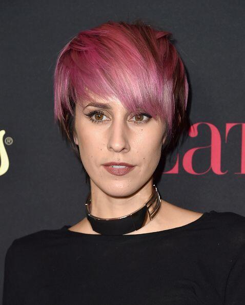Y Dev,  una cantautora estadounidense descubierta por 'The Cataracs'.
