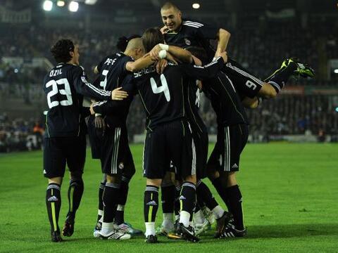 Con un doblete de     Karim Benzema (arriba) el Real Madrid se mantuvo a...