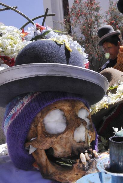 En el recorrido los cráneos deben ir enfundados en vistosos sombreros y...