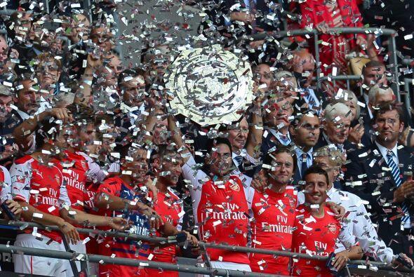 Pero el trofeo más buscado este día era para el Arsenal.