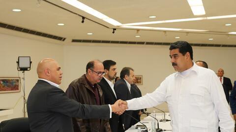 Torrealba y Maduro sellaron el inicio de las conversaciones con un apret...