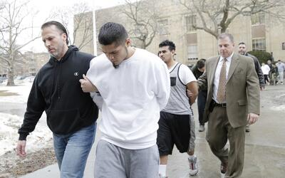 Presuntos miembros de la notoria pandilla MS-13 son escoltados a una aud...