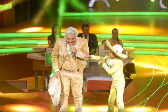 Para comenzar Josafat cantó junto a Vicente Fernández imitado por Ernest...