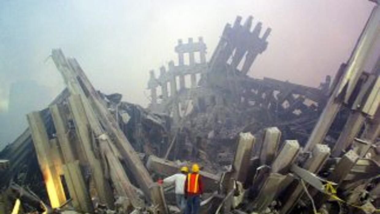 Reescatistas recorren los escombros del World Trade Center de Nueva York...