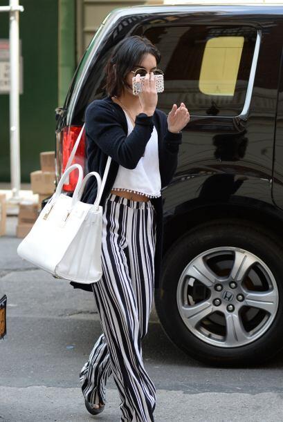 También prefiere pantalones sueltos y con rayas verticales en compañía d...