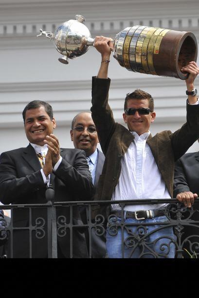 El presidente de Ecuador, Correa, se unió a los festejos del equipo 'Albo'.