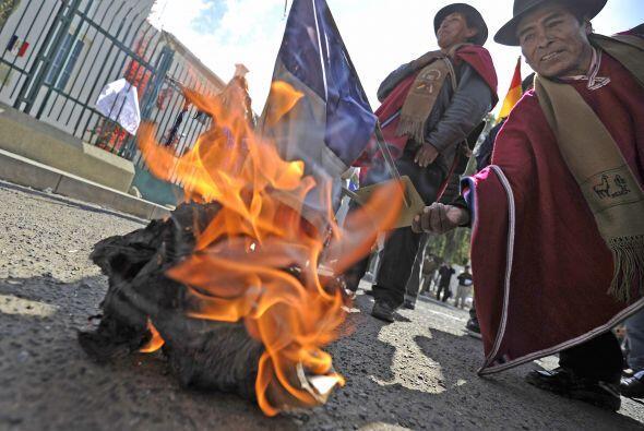 Un centenar de manifestantes atacaron el miércoles con piedras la embaja...