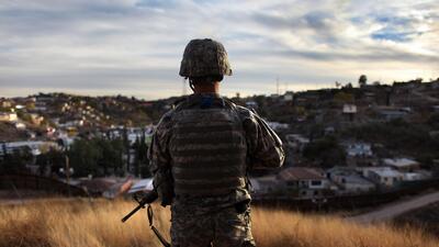 Nogales, Arizona, diciembre de 2007. Un miembro de la Guardia Nacional v...