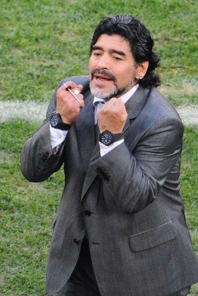 Diego Maradona utilizaba dos relojes y un rosario en su mano cuando diri...