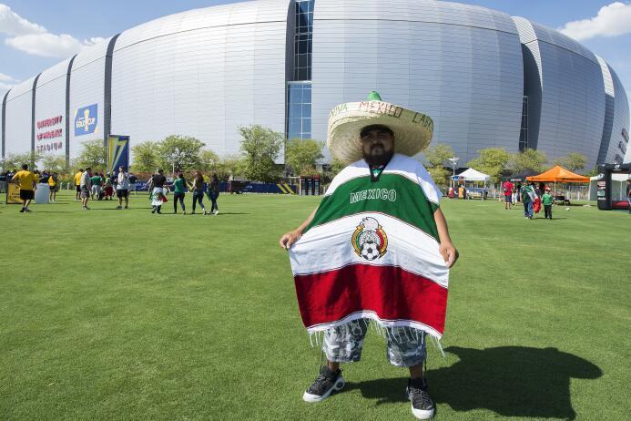 Colorido y belleza entre los fanáticos del partido entre México y Hondur...