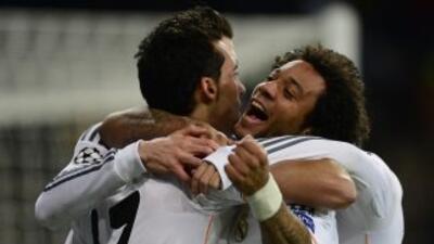 Gareth Bale es felicitado por Marcelo por su gol contra Galatasaray.