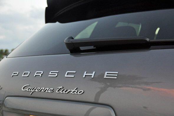 La caida del sol en Miami sobre el portón trasero de la poderosa Porsche...