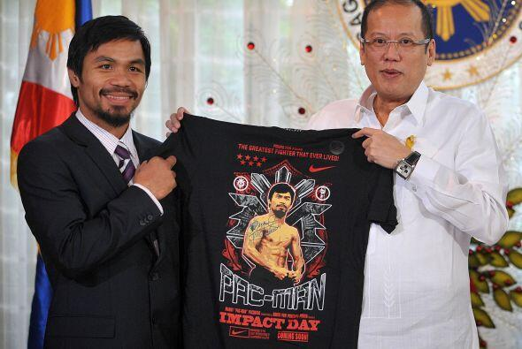 El momento de la entrega de la camiseta, sirvió para honrar al campeón,...