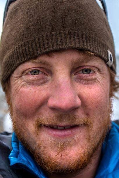 Un valiente escalador subió 300 pies por una cascada congelada, con su c...