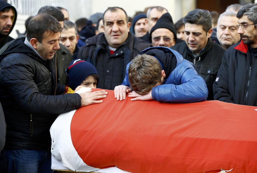 Los familiares de uno de los fallecidos lloran su muerte. Este mismo dom...