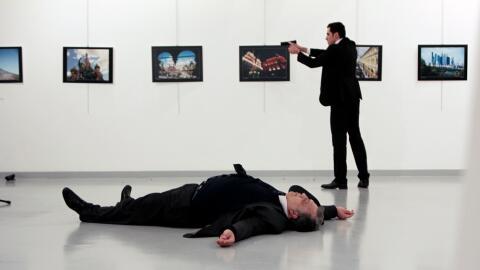 El atacante de Ankara frente al cadáver de su víctima.