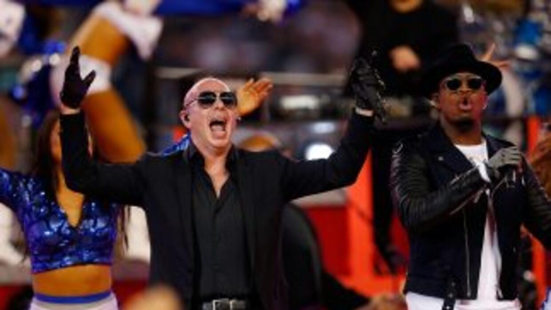 Pitbull se presentó con éxito durante el medio tiempo del partido entre...