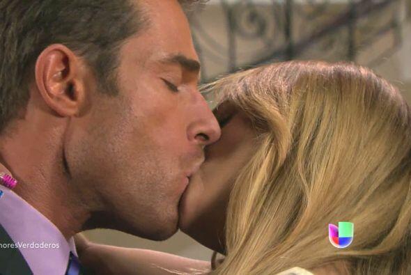 Pero por más que lo intentan no pueden dejar de besarse y de encantar al...