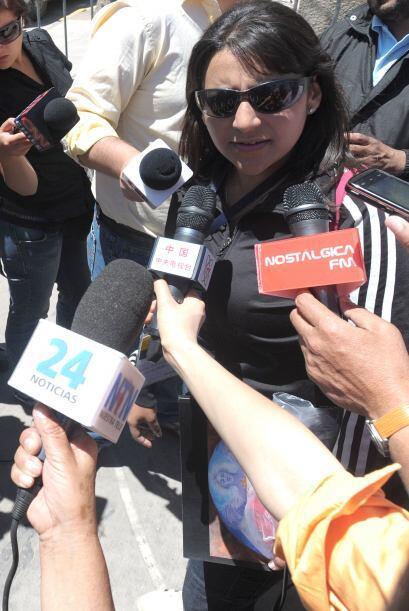 Carolina Lobos habla con la prensa después de visitar a su padre en el h...