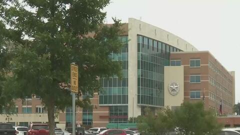 Evacúan sede de la policía de Dallas por falso paquete sospechoso