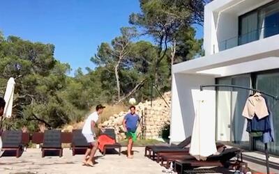 Álvaro Morata y sus malabares con un balón, como para seducir aún más al...