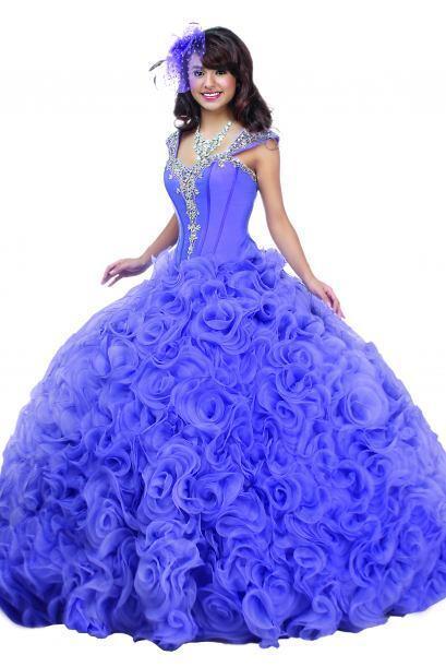 Otros vestidos ofrecen un estilo atemporal con un drapeado sofisticado y...