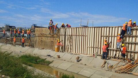 La pared de hormigón que construye Ecuador en la frontera con Per...