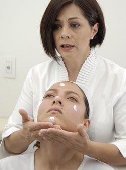 A partir del mentón lleva la crema con un masaje del centro hacia...