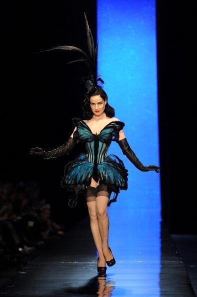 Dita Von Teese fue otra famosa que acudió a Paris para la Semana de la M...