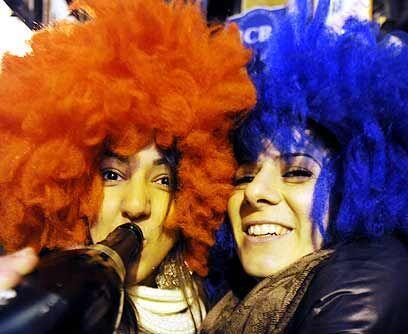 Con botella en mano. Los madrileños se dieron cita en la Puerta del Sol...