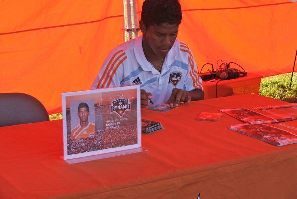 En esta ocasión los futbolistas conversaron, se tomaron fotos y firmaron...