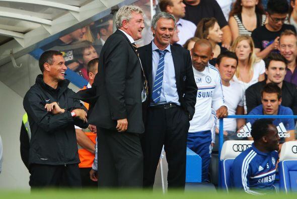 El propio Mourinho se daba tiempo de platicar con el entrenador rival, S...