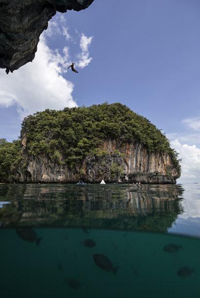 Aquí se lanza desde la plataforma de 27 metros en la isla de Hong durant...