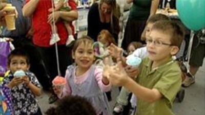 Niños divirtiéndose en el evento del el día nacional de la adopción.