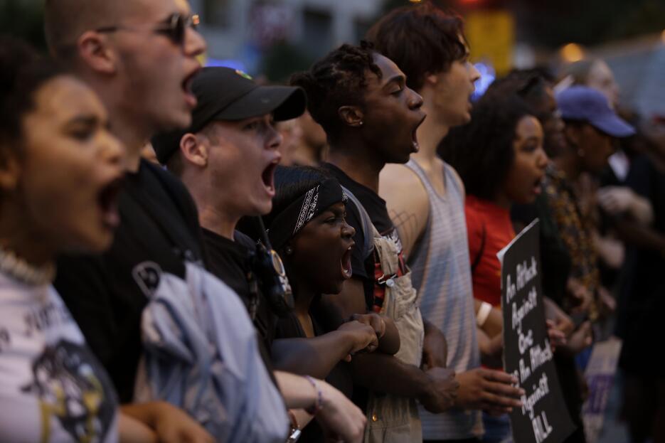 Decenas de manifestantes protestaron este fin de semana en Chicago por l...