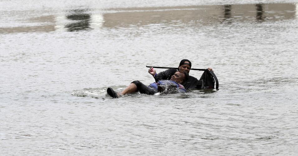 Una mujer es rescatada en una calle inundada de Houston.