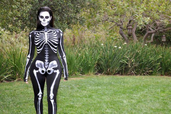 Kim lució en los puros huesos con su disfraz de Halloween.