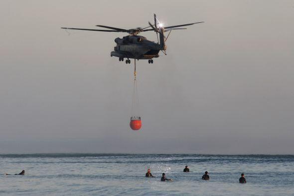 Impresionantes imágenes del helicóptero de los bomberos recogiendo agua...
