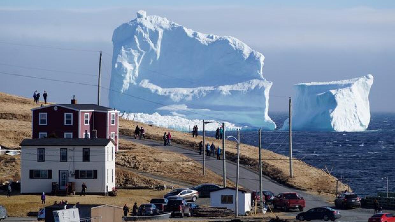 Cientos de personas están viajando a Newfoundland para ver de cerca el i...