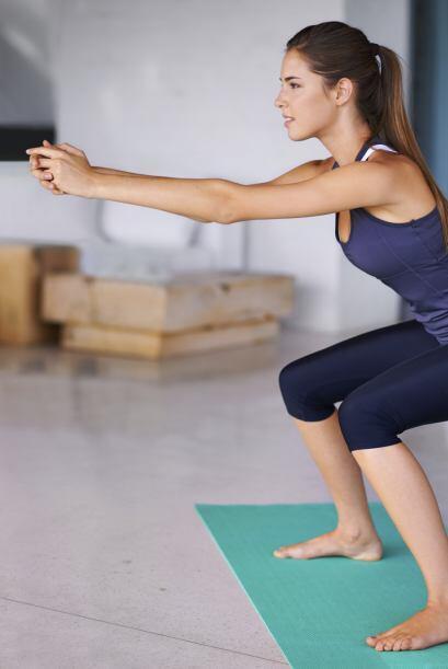 1) El primer paso consiste en hacer 'air squats' o sentadillas, con o si...