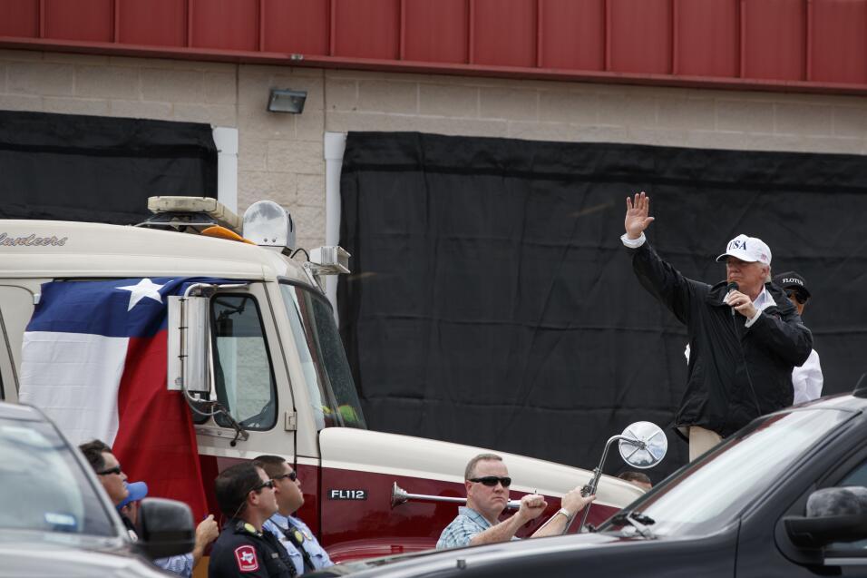 El presidente Donald  Trump saluda a habitantes de Corpus Christi en Tex...