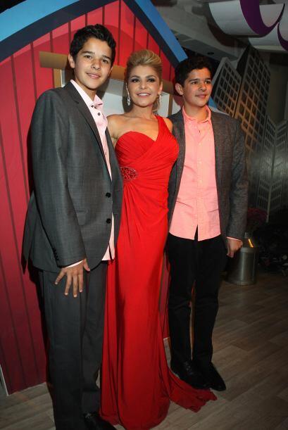 """Los gemelos de Itatí Cantoral harán su debut en la telenovela """"Amores Co..."""