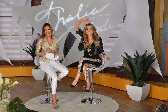 ¡Desfile de modas, 'madre e hija'! Todas fanáticas de Thalía.