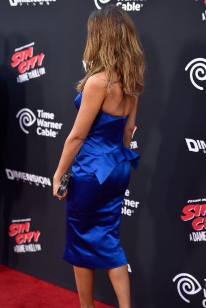 Este vestido estilo peplum azul eléctrico de Zac Posen relució su hermos...