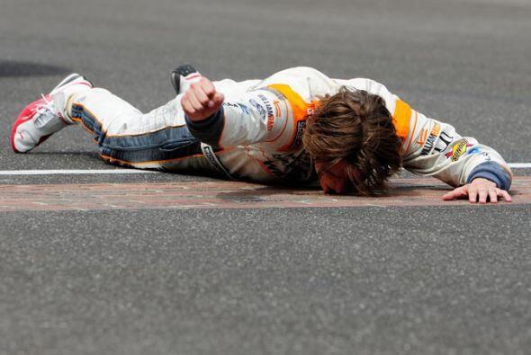 El beso tradicional a la meta de ladrillo de la Indy 500.