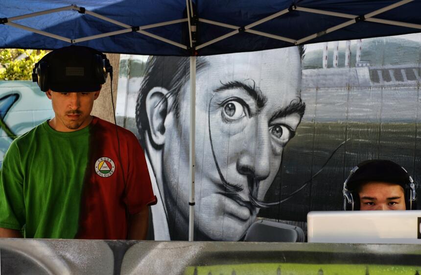 Hispanos impulsan el muralismo de Los Ángeles SOP_AP_SPANA_SPANENT_CA_US...