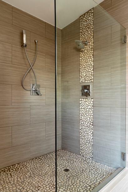 Vidrio transparente. Un cancel de vidrio transparente en la ducha amplia...